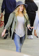 http://img286.imagevenue.com/loc241/th_214216670_Hilary_Duff_shopping20_122_241lo.jpg