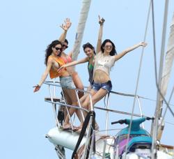 http://img286.imagevenue.com/loc451/th_106777989_KendallKylie_Jenner_BikiniDominicanRepublic_March29_2012_5_122_451lo.jpg
