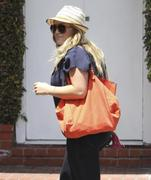 http://img286.imagevenue.com/loc577/th_810370784_Hilary_Duff_Fred_Segal_West_Hollywood1_122_577lo.jpg