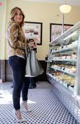 http://img286.imagevenue.com/loc7/th_763318207_Hilary_Duff_at_Crumbs_bakery31_122_7lo.jpg